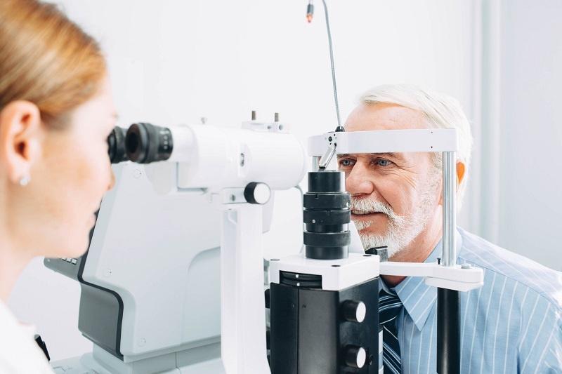 starszy pan u optometrysty